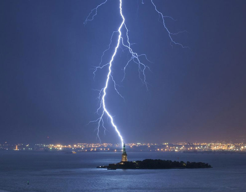 lightning-strikes-statue-of-liberty-perfect-timing